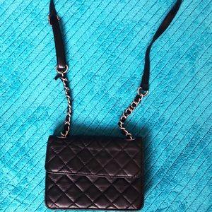 Perfect black shoulder bag for on the go